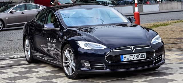 En el caso del Tesla, 502 km bajo NEDC, 424 reales, un 18% de diferencia