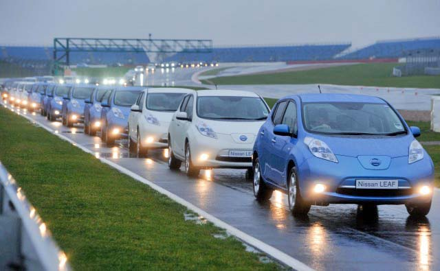 nissan-leafs-break-the-world-record-for-largest-electric-car-convoy_100410179_m