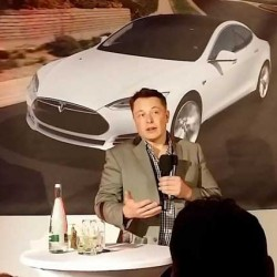 Elon Musk comparece ante el público en Detroit, y nos cuenta algunas cosas