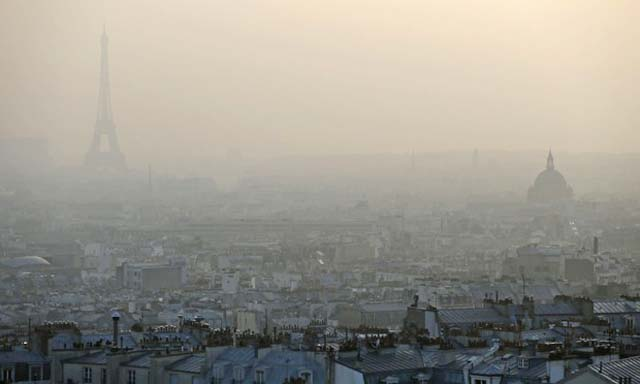 Air pollution in Paris : Eiffel tower through a haze of pollution in Paris