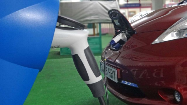nissn-leaf-2013-charging-2