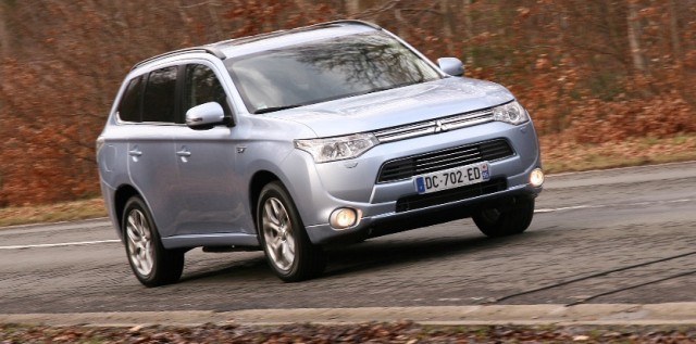 2014-Mitsubishi-Outlander-three-quarters