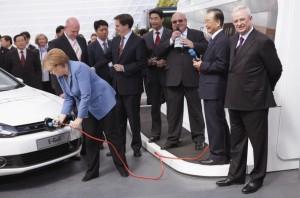 Angela+Merkel+Wen+Jiabao+Visits+Volkswagen+OVJ8Z1LLoLPl