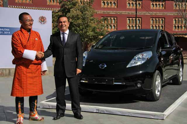 tshering-tobgay-prime-minister-of-bhutan-with-nissan-ceo-carlos-ghosn-and-nissan-leaf-electric-car_100457645_l