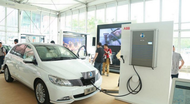China elimina el requisito de asociación al 50% a los fabricantes de coches eléctricos y de baterías