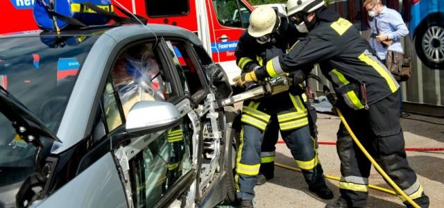 Los bomberos alemanes practican con el BMW i3 como actuar en caso de accidente