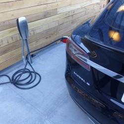 La poca eficiencia del cargador del Tesla Model S