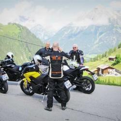 De ruta por los Alpes en una moto eléctrica