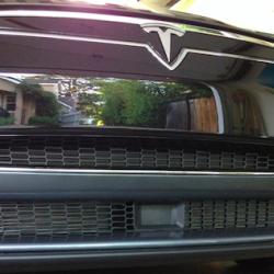 Tesla añade funcionalidades de seguridad. Aviso de cambio de carril, asistente de velocidad
