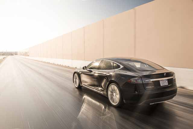 2015-tesla-model-s-p85d-rear-three-quarter-in-motion