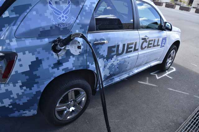 Flickr_-_Official_U.S._Navy_Imagery_-_A_fuel_cell_car_refuels.
