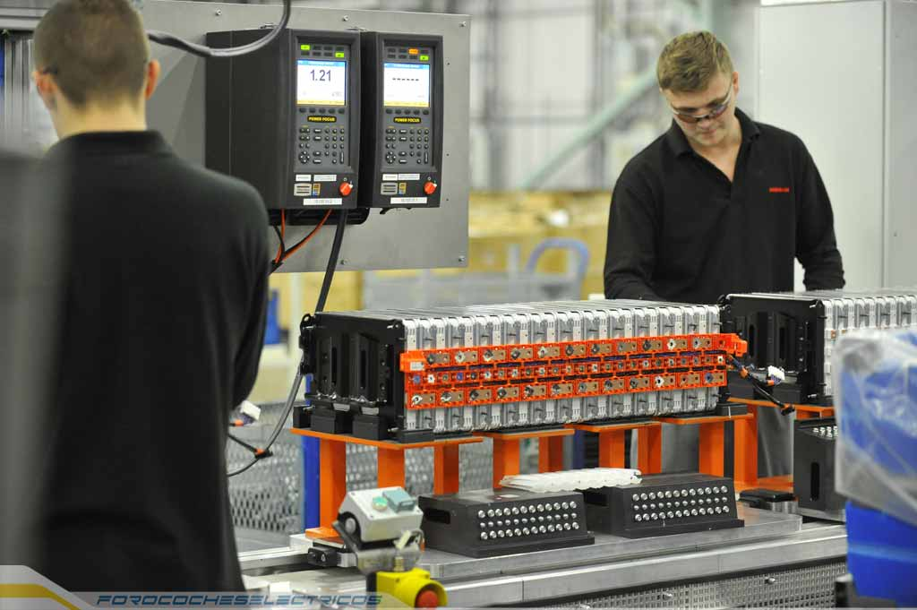 772-Nissan's-UK-Battery-Plant-modules-are-assembled-into-a-Nissan-battery-pack