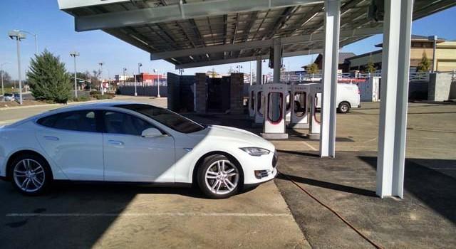Tesla pone en marcha el primer supercargador alimentado por paneles solares