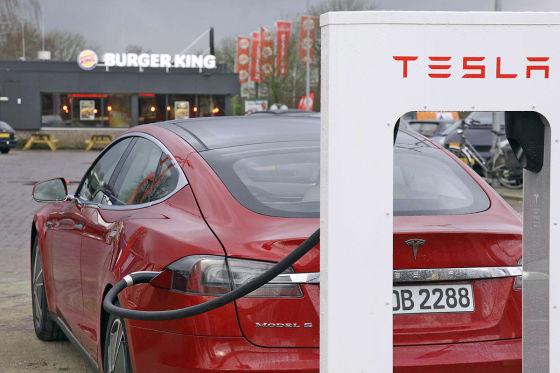 Tesla-Model-S-mit-Supercharger-560x373-6448d42a6f28a3ce