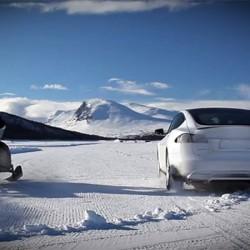 Tesla Model S P85D contra….¿una moto de nieve?