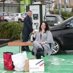 ¿Deben tener preferencia los coches eléctricos en los puntos de recarga?