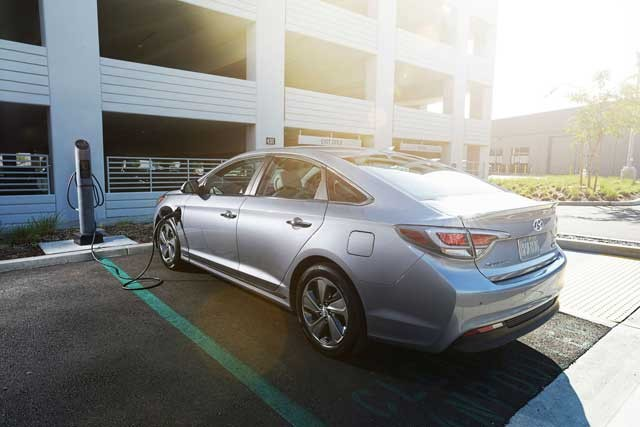 42747_2016_Hyundai_Sonata_Plug_in_Hybrid_Electric_Vehicle_PHEV_Rear_Exterior_3_4