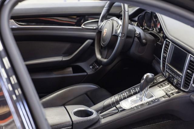 Electric-Porsche-Panamera_Detail_Fahrerbereich_1920
