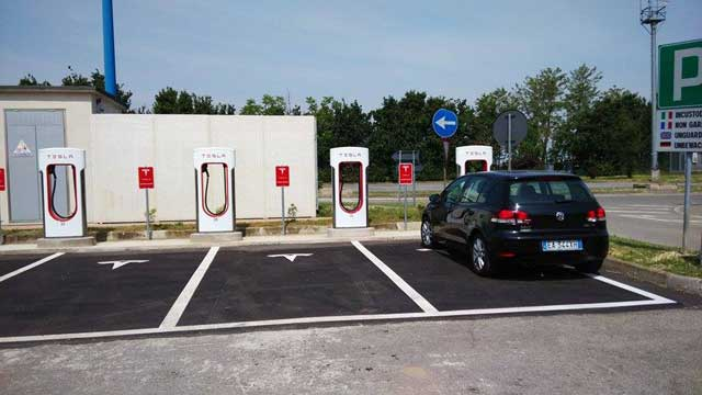 Tesla ingresos supercargadores otras marcas