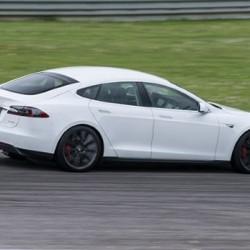 Bosch equipa dos Model S con sistema de conducción autónoma