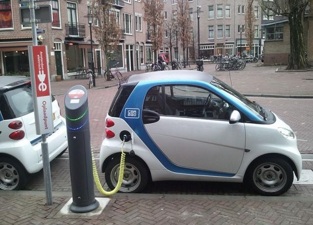 Electric_car_charging_Amsterdam-800x575