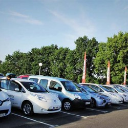 Coches eléctricos e híbridos enchufables se reparten casi al 50% el mercado en Europa