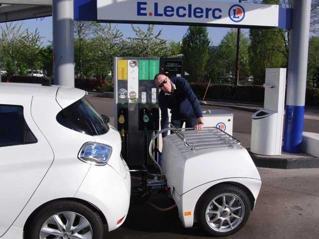 A-Zoe-is-refueling