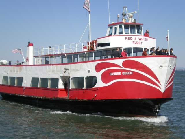 Red_&_White_Fleet_Harbor_Queen_coming_into_Pier_45