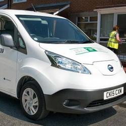 Comida sobre ruedas. Los servicios sociales de Gales cambian su flota de furgonetas diésel por la Nissan e-NV200