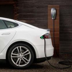 Hacia la recarga inteligente. Una app controla la carga de los Tesla para ahorrar dinero a sus propietarios