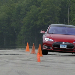 Un vídeo nos muestra la precisión del sistema de aparcamiento automático del Tesla Model S