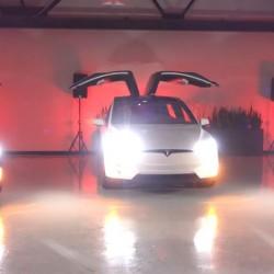 El Tesla Model X te desea una Feliz Navidad (Vídeo)
