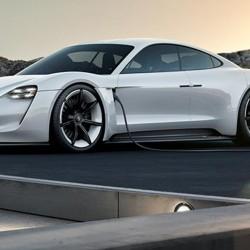 Porsche avanza que trabaja en una red de recarga ultra rápida, en la que también podría recargar Tesla