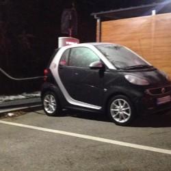 """Un Smart eléctrico se queda atascado en un Supercargador de Tesla después de enchufarlo """"accidentalmente"""""""