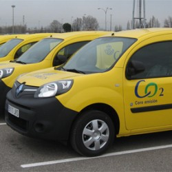 Correos electrifica su flota de reparto. 25 Renault Kangoo ZE y 100 scooters eléctricos