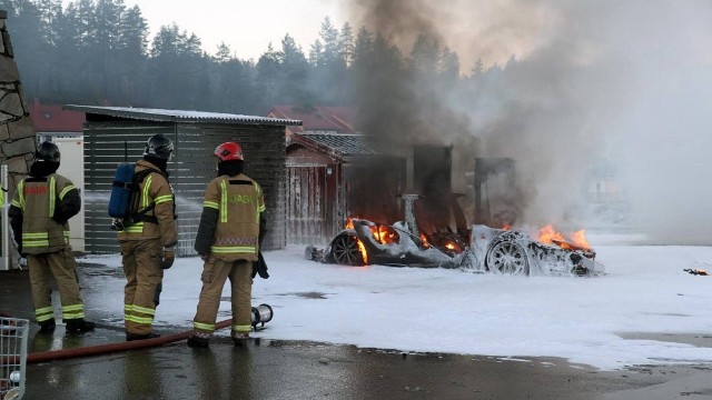 Tesla bursts into flames 2