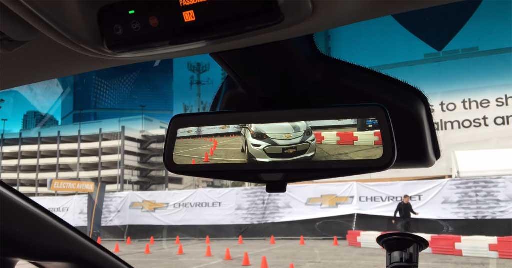 Un vistazo al interior del chevrolet bolt retrovisor for Espejo retrovisor interior