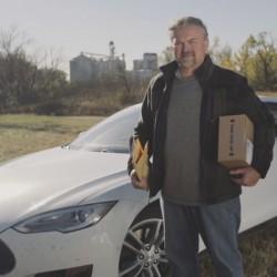 El cartero que hace su reparto en un Tesla Model S
