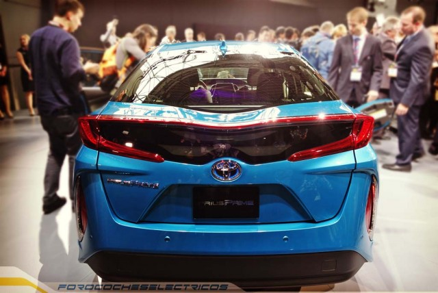 2017-Toyota-Prius-Prime-trasera-2