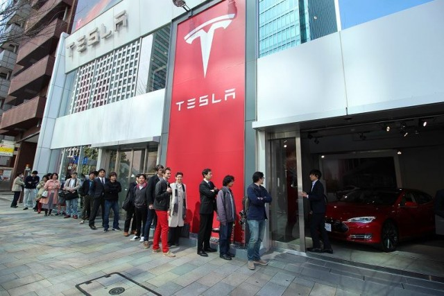 S0-tesla-les-clients-font-deja-la-queue-pour-la-model-3-375852