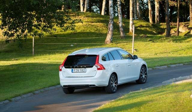 165705_Volvo_V60_Twin_Engine_model_year_2016