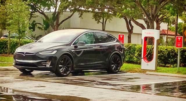 Tesla lo sigue intentando con el mercado alemán. 24 tiendas, 6 servicios técnicos y 60 supercargadores