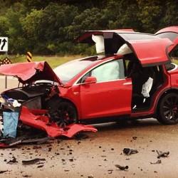 Un Tesla Model X resiste un fuerte impacto lateral. El propietario quiere a su familia de nuevo en un Tesla