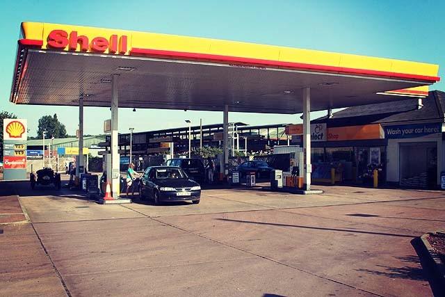 crediton_shell_petrol_station_at_station_cross_-_geograph-org