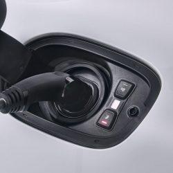 Según Bloomberg, en 2025 los coches eléctricos igualarán el precio de los gasolina, y antes de 2030 serán más baratos