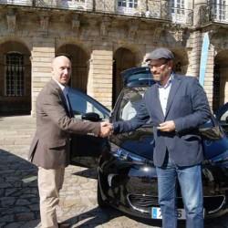 Renault entrega dos coches eléctricos al ayuntamiento de Santiago de Compostela