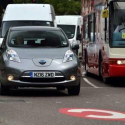 Theresa May pone fecha final al motor de combustión en Reino Unido. En 2050 ningún coche diésel o gasolina por sus carreteras