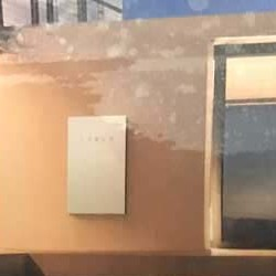 Se filtra la primera imagen de la nueva Powerwall de Tesla. Más compacta, más rectangular, y con más capacidad