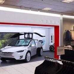 Tesla explora nuevas formas de venta con Stores dentro de tiendas de moda