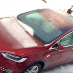 Es tiempo de heladas, ¿cómo se comportan las puertas del Model X bajo una capa de hielo?